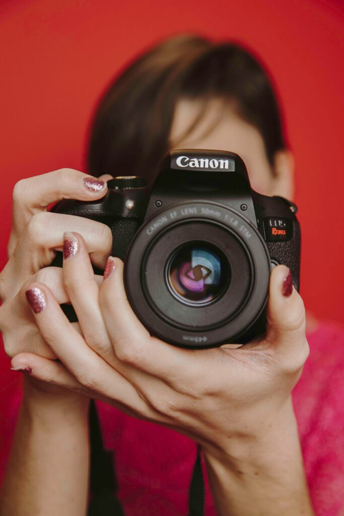 Woman adjusting the lens of her Canon Rebel T6